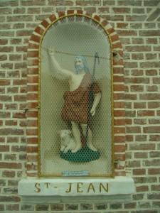 Niche murale en façade abritant la statue de Saint Jean-Baptiste protecteur de la ferme et du village de Long