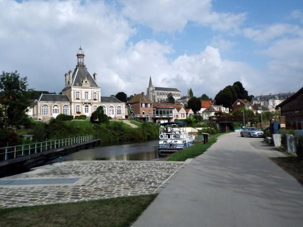 Vue du village de LONG et sa mairie, son église et son château vus depuis ses écluses