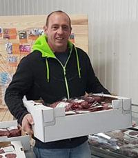 Cyril notre éleveur distribuant les colis de viande charolaise de la ferme Saint-Jean