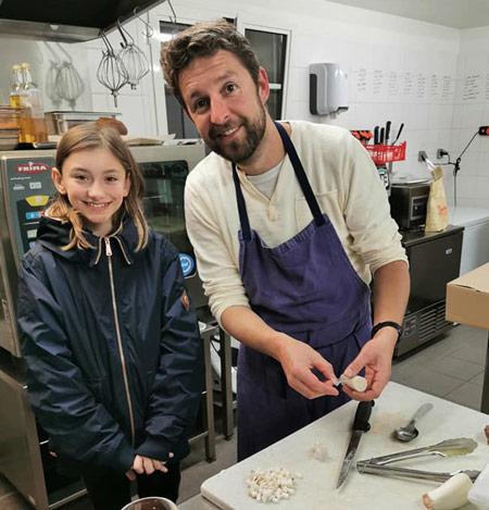 En cuisine avec le chef Sébastien Porquet qui prépare la viande de bœuf charolais de la ferme Saint-Jean