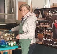 Claire de Saveur Maison et ses produits laitiers lors du marché fermier local