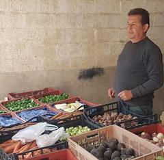 Michel et ses légumes bio lors du marché aux produits locaux de la ferme Saint-Jean