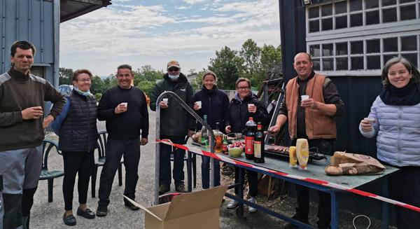 Tous les producteurs locaux réunis après le marché aux produits fermiers et locaux de la ferme Saint-Jean